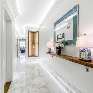 Cette image montre un couloir traditionnel avec un mur blanc et un sol blanc.