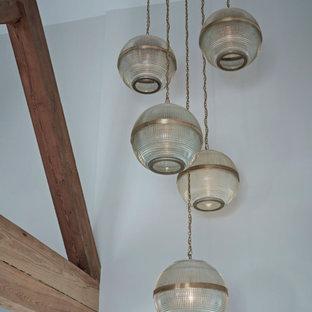 Пример оригинального дизайна: большой коридор в стиле лофт с белыми стенами, светлым паркетным полом, бежевым полом и сводчатым потолком