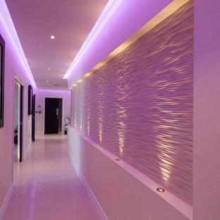 ハートフォードシャーのコンテンポラリースタイルのおしゃれな廊下の写真