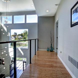 Inspiration pour un couloir design de taille moyenne avec un mur gris et un sol en bambou.
