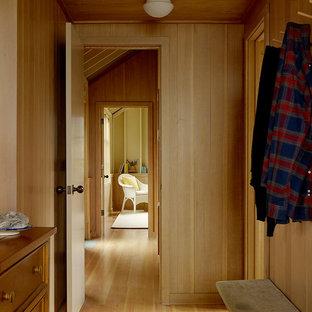 Inspiration för en liten maritim hall, med beige väggar och ljust trägolv