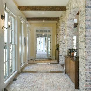 Стильный дизайн: коридор в классическом стиле с кирпичным полом - последний тренд