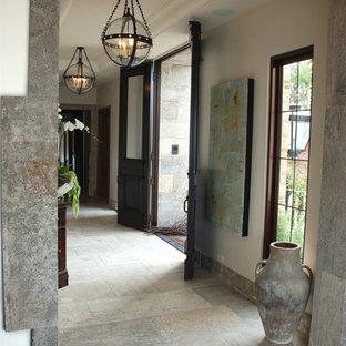 Inredning av en medelhavsstil mellanstor hall, med grå väggar och kalkstensgolv