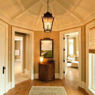 Diseño de recibidores y pasillos tradicionales, de tamaño medio, con suelo de madera en tonos medios, paredes beige y suelo amarillo