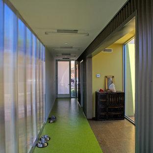 Diseño de recibidores y pasillos modernos con suelo verde