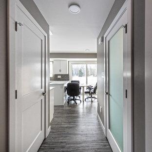 Exempel på en liten modern hall, med grå väggar, vinylgolv och grått golv