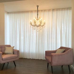 Inspiration för en mellanstor eklektisk hall, med vita väggar, laminatgolv och brunt golv