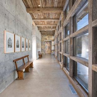 Réalisation d'un couloir chalet avec un mur gris et béton au sol.