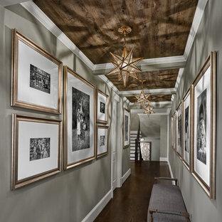 Idéer för att renovera en stor vintage hall, med grå väggar, mörkt trägolv och brunt golv