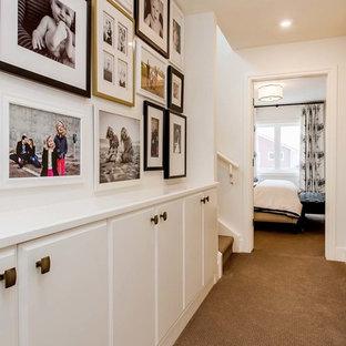 Réalisation d'un couloir tradition avec un mur blanc et moquette.