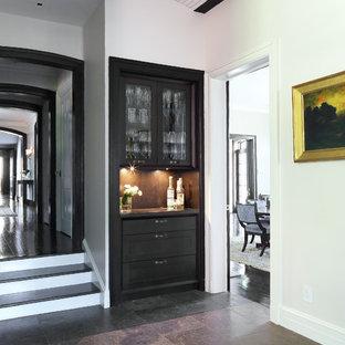 Выдающиеся фото от архитекторов и дизайнеров интерьера: коридор среднего размера в стиле современная классика с белыми стенами и полом из сланца