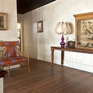 Inspiration för en stor eklektisk hall, med lila väggar och mellanmörkt trägolv