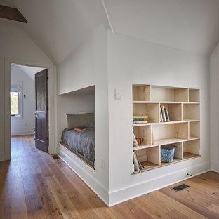 Aménagement d'un petit couloir campagne avec un mur blanc, un sol en bois brun et un sol marron.