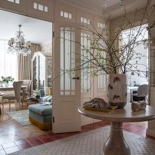 Пример оригинального дизайна: коридор среднего размера в классическом стиле с бежевыми стенами, полом из керамической плитки и разноцветным полом