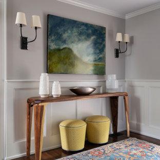 フィラデルフィアのトラディショナルスタイルのおしゃれな廊下 (濃色無垢フローリング、羽目板の壁) の写真