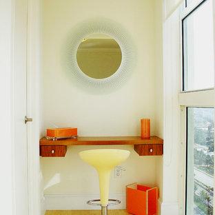 Идея дизайна: маленький коридор в современном стиле с белыми стенами и светлым паркетным полом
