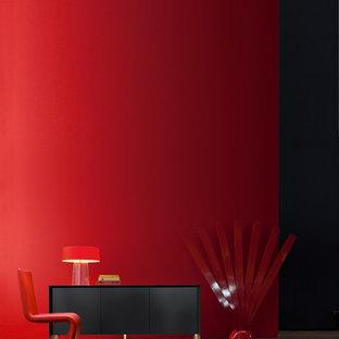 Exempel på en stor modern hall, med röda väggar, betonggolv och brunt golv
