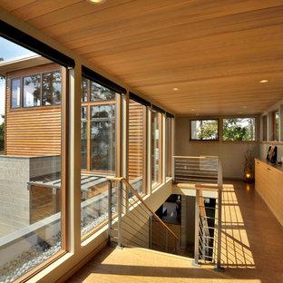 Bild på en funkis hall, med mellanmörkt trägolv och gult golv