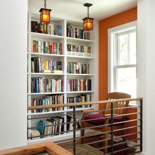 Modelo de recibidores y pasillos de estilo americano, de tamaño medio, con parades naranjas, suelo de madera en tonos medios y suelo marrón