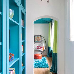 Inspiration för klassiska hallar, med vita väggar och ljust trägolv