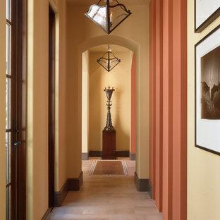 Exempel på en medelhavsstil hall, med travertin golv
