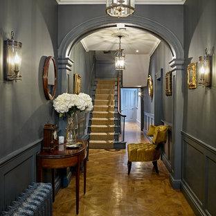 Foto de recibidores y pasillos tradicionales, de tamaño medio, con paredes grises, suelo de madera clara y suelo beige