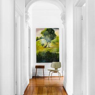 パースのエクレクティックスタイルのおしゃれな廊下 (白い壁) の写真