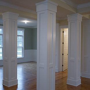 Cette image montre un grand couloir traditionnel avec un mur multicolore et un sol en bois brun.