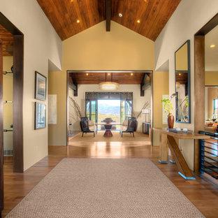 Ejemplo de recibidores y pasillos rústicos con paredes blancas y suelo de madera en tonos medios