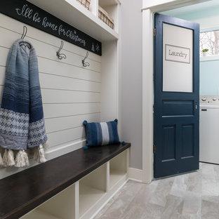 Inspiration pour un couloir craftsman de taille moyenne avec un mur gris, sol en stratifié et un sol beige.