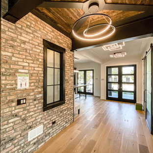 Réalisation d'un couloir urbain en bois de taille moyenne avec un mur blanc, un sol en bois clair et un plafond en poutres apparentes.