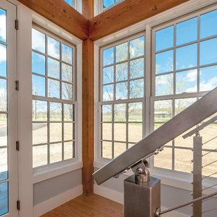 Idéer för att renovera en mellanstor funkis hall, med vita väggar och ljust trägolv