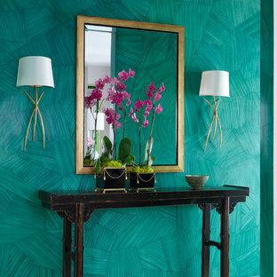 トロントのトランジショナルスタイルのおしゃれな廊下 (緑の壁) の写真