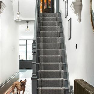 Mittelgroßer Moderner Flur mit weißer Wandfarbe, Teppichboden und grünem Boden in London