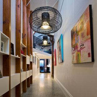 Inspiration för stora industriella hallar, med betonggolv, vita väggar och grått golv