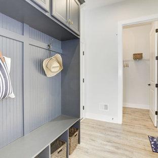 Inspiration för en liten vintage hall, med vita väggar, laminatgolv och grått golv