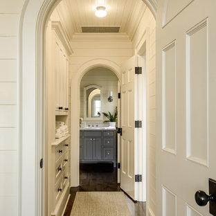 シアトルのトラディショナルスタイルのおしゃれな廊下 (白い壁、濃色無垢フローリング、茶色い床) の写真