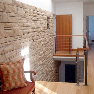 デンバーのミッドセンチュリースタイルのおしゃれな廊下 (白い壁、淡色無垢フローリング) の写真