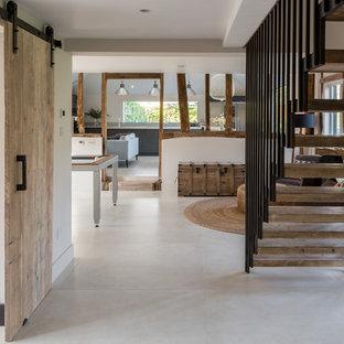 Стильный дизайн: большой коридор в стиле кантри с белыми стенами, полом из керамической плитки и белым полом - последний тренд