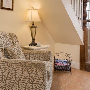 Idee per un piccolo ingresso o corridoio stile marino con pareti beige, pavimento in terracotta e pavimento rosso