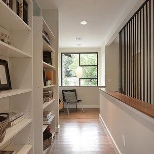Idée de décoration pour un couloir nordique de taille moyenne avec un mur beige, un sol en bois foncé et un sol marron.