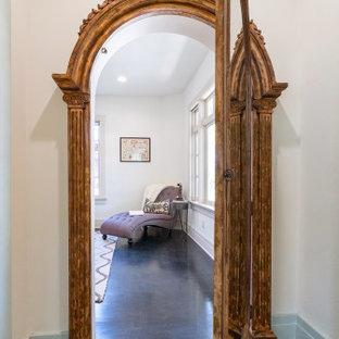 Réalisation d'un petit couloir craftsman avec un mur blanc, un sol en bois foncé, un sol noir et un plafond en lambris de bois.