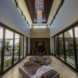 Стильный дизайн: большой коридор в современном стиле с белыми стенами, бежевым полом и многоуровневым потолком - последний тренд