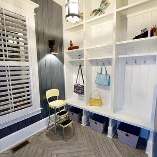 ローリーの中くらいのカントリー風おしゃれな廊下 (グレーの壁、塗装フローリング、グレーの床) の写真