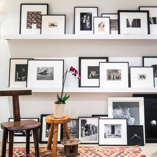 Inspiration pour un couloir design de taille moyenne avec un mur blanc et moquette.