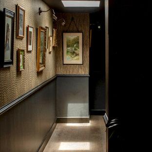 他の地域の中くらいのエクレクティックスタイルのおしゃれな廊下 (黒い壁、無垢フローリング、茶色い床、壁紙) の写真