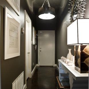 Cette image montre un couloir design avec un mur noir et un sol noir.