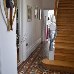Diseño de recibidores y pasillos tradicionales renovados, pequeños, con paredes blancas