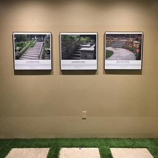 Создайте стильный интерьер: коридор среднего размера в стиле фьюжн с бежевыми стенами, ковровым покрытием и зеленым полом - последний тренд
