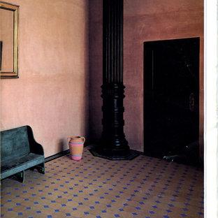 Idées déco pour un grand couloir classique avec un mur rose et béton au sol.